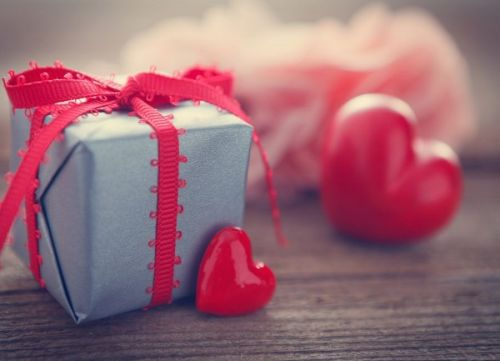 1d254f4782 ... οι καταναλωτές γιορτάζουν την ημέρα του Αγίου Βαλεντίνου σε όλο τον  κόσμο προσφέροντας δώρα στα αγαπημένα τους πρόσωπα όπως ρομαντικά δείπνα